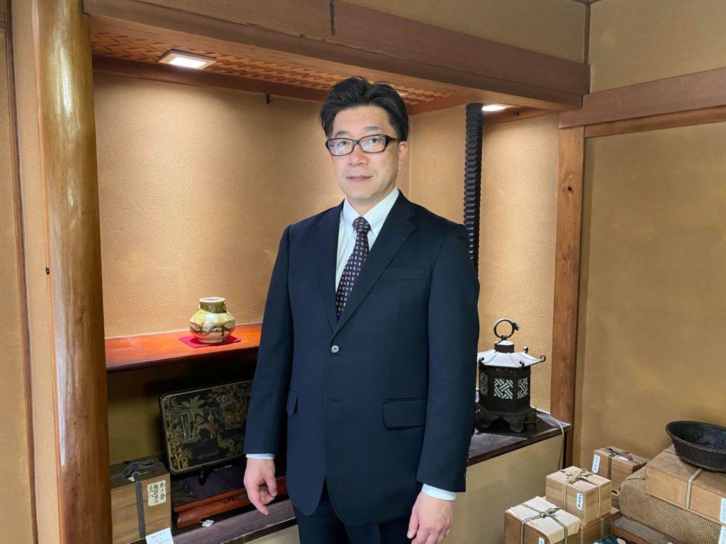 四代目店主 小野由孝 正面写真